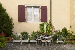 Muebles blancos del jardín Fotos de archivo libres de regalías