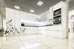 Muebles blancos modernos de la cocina Superficie delantera pintada El material utilizó en la fabricación - MDF fotos de archivo