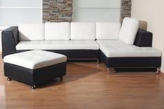Muebles blancos y negros fotografía de archivo