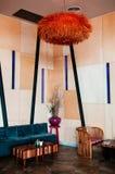 Muebles coloridos de la sala de estar moderna del alto techo, tono caliente imagen de archivo libre de regalías