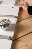 Muebles de junta del conglomerado, usando un screwdrive sin cuerda fotografía de archivo