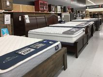 Muebles de la cama y de los mattrress para la venta en la tienda imágenes de archivo libres de regalías