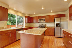 Muebles de la cocina con la isla en casa vacía Imagen de archivo