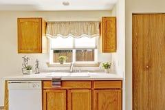 Muebles de la cocina con la opinión de la ventana Foto de archivo libre de regalías