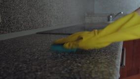 Muebles de la cocina de la esponja de la mujer que se lavan almacen de metraje de vídeo