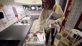 Muebles de las compras de la mujer en la tienda moderna de IKEA almacen de metraje de vídeo