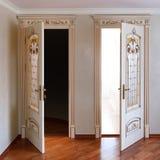Muebles de lujo de gama alta puerta abierta dos en el interior árbol blanco con el accesorio de oro pátina carving foto de archivo libre de regalías