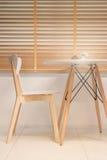 Muebles de madera contemporáneos en estilo mínimo del sitio foto de archivo