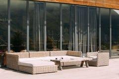 Muebles de mimbre en balcón en Sunny Summer Day Exterior con la tabla imagenes de archivo