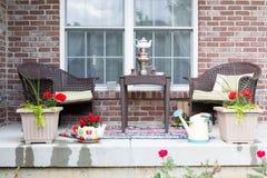 Muebles de mimbre en el patio con un samovar Fotos de archivo