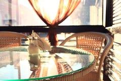 Muebles de mimbre en un interior del café del verano Imagen de archivo