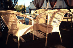 Muebles de mimbre en un interior del café del verano Imagenes de archivo