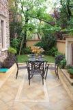 Muebles del hierro labrado en patio airoso fotografía de archivo