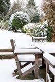 Muebles del jardín debajo de la nieve Imágenes de archivo libres de regalías
