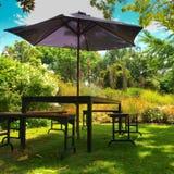 Muebles del jardín en la sombra Foto de archivo libre de regalías