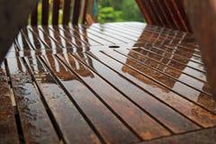 Muebles del jardín en un día de verano decepcionante mojado Foto de archivo