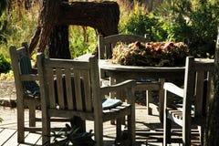Muebles del jardín hechos de la teca fotos de archivo
