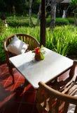 Muebles del patio de un jardín del balinese foto de archivo libre de regalías