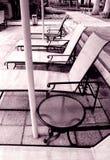 Muebles del poolside del condominio en monocromo Fotos de archivo