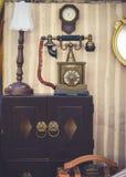 Muebles del vintage A se cerró encima de los detalles de la decoración de la casa del vintage con el foco suave en el teléfono re fotos de archivo