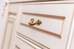 Muebles en estilo clásico madera blanca del color con el accesorio de oro pátina carving Pequeña profundidad del campo Manija de  imágenes de archivo libres de regalías