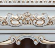 Muebles en estilo clásico madera blanca del color con el accesorio de oro pátina carving Pequeña profundidad del campo Manija de  fotografía de archivo
