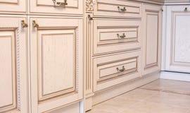 Muebles en estilo clásico madera blanca del color con el accesorio de oro pátina carving Pequeña profundidad del campo Manija de  foto de archivo libre de regalías