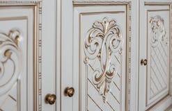 Muebles en estilo clásico madera blanca del color con el accesorio de oro pátina carving Pequeña profundidad del campo Manija de  foto de archivo