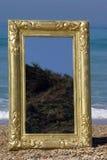 Muebles, espejo de oro fotos de archivo