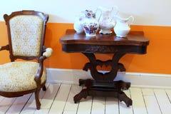 Muebles históricos y jarras coloridas usados por la familia de Walworth, casino de Canfield, Saratoga Springs, Nueva York, 2018 fotografía de archivo