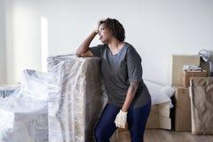 Muebles móviles de la mujer negra solamente fotografía de archivo