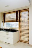 Muebles modernos de la cocina con una ventana grande imagen de archivo libre de regalías