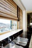 Muebles modernos de la cocina con una ventana grande imágenes de archivo libres de regalías