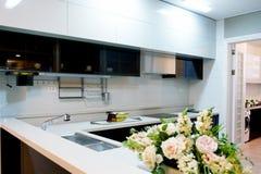 Muebles modernos de la cocina con una ventana grande foto de archivo