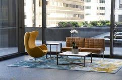 Muebles modernos del pasillo del edificio de oficinas imagenes de archivo