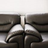 Muebles negros de cuero del sofá Fotos de archivo libres de regalías