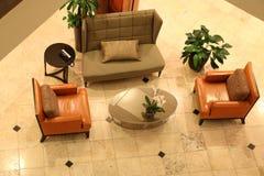 Muebles que agrupan en un pasillo del hotel Fotografía de archivo
