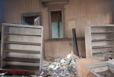 Muebles quebrados en un cuarto Trashed imagen de archivo