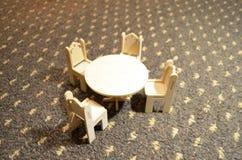 Muebles, tabla y sillas de madera de la muñeca Imagen de archivo