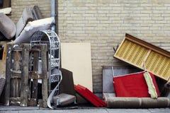 Muebles Trashed en la acera Fotos de archivo libres de regalías