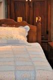 Muebles y cama de madera Fotos de archivo libres de regalías