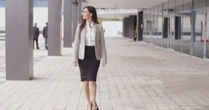 Mueca de caminar optimista de la mujer profesional almacen de metraje de vídeo