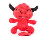 Muñeca hecha a mano del diablo rojo del ganchillo en el fondo blanco Fotos de archivo