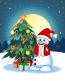 Muñeco de nieve que lleva Santa Claus Costume With Christmas Tree y una Luna Llena en el fondo de la noche para su ejemplo del ve Fotografía de archivo libre de regalías