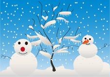 Muñecos de nieve y árbol Fotos de archivo