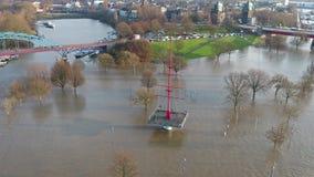 Muehlenweide wordt overstroomd door de rivier Rijn - luchtmening stock videobeelden