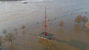 Muehlenweide wordt overstroomd door de rivier Rijn - luchtmening stock video