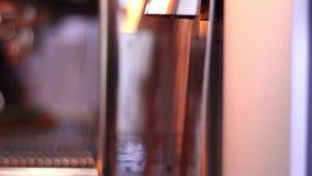 Muela el café en cafetería almacen de metraje de vídeo