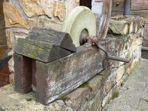 Muela vieja con la manivela en marco de madera foto de archivo libre de regalías
