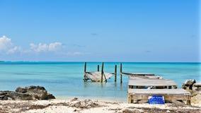 Muelle cerrado en Carter Beach en las Bahamas Fotografía de archivo